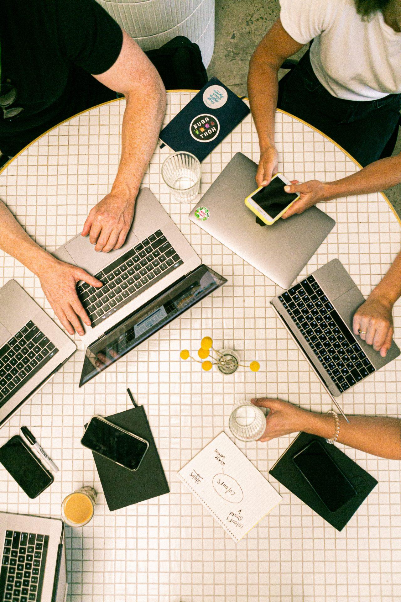 Gruppe von Menschen an digitalen Geräten