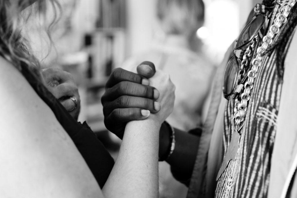 Menschen fassen sich an den Händen