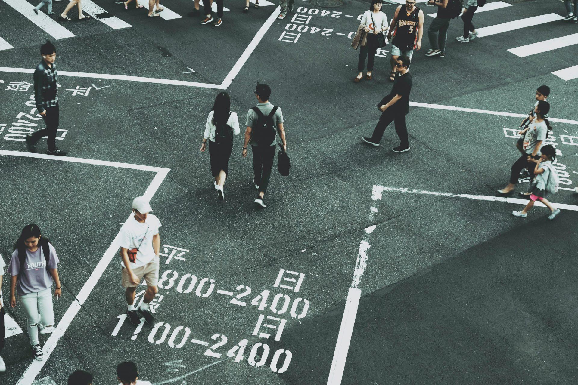 Kreuzung mit Menschen