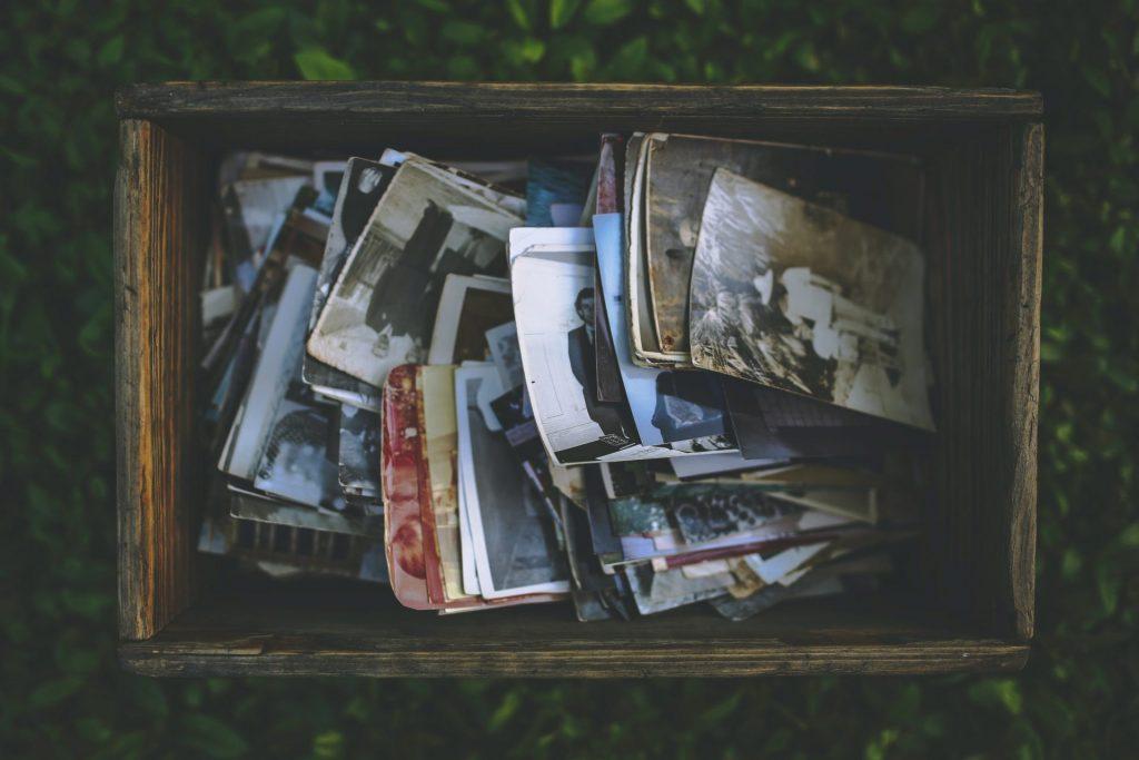 Kiste mit alten Bildern