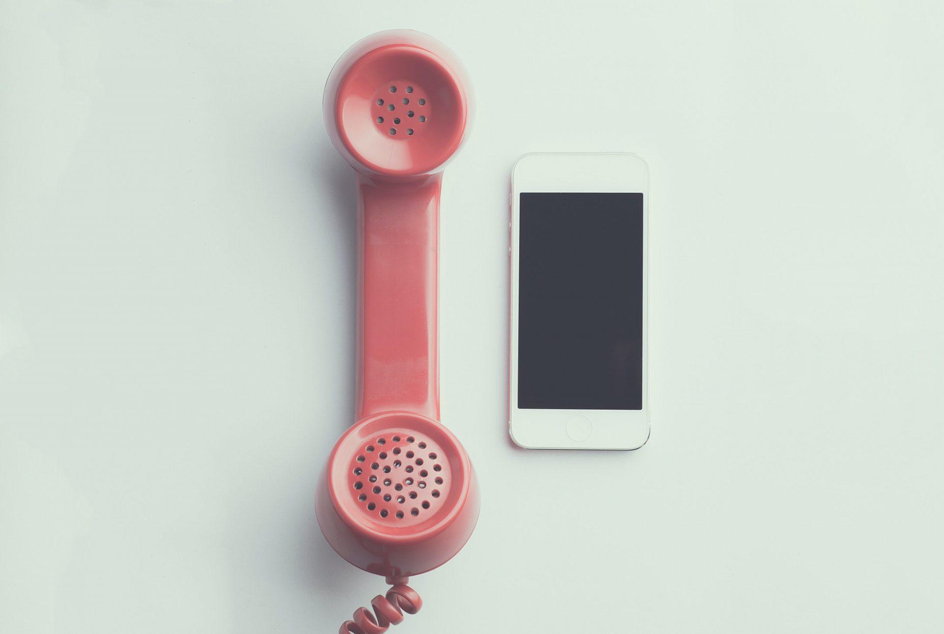 Altes und neues Telefon nebeneinander