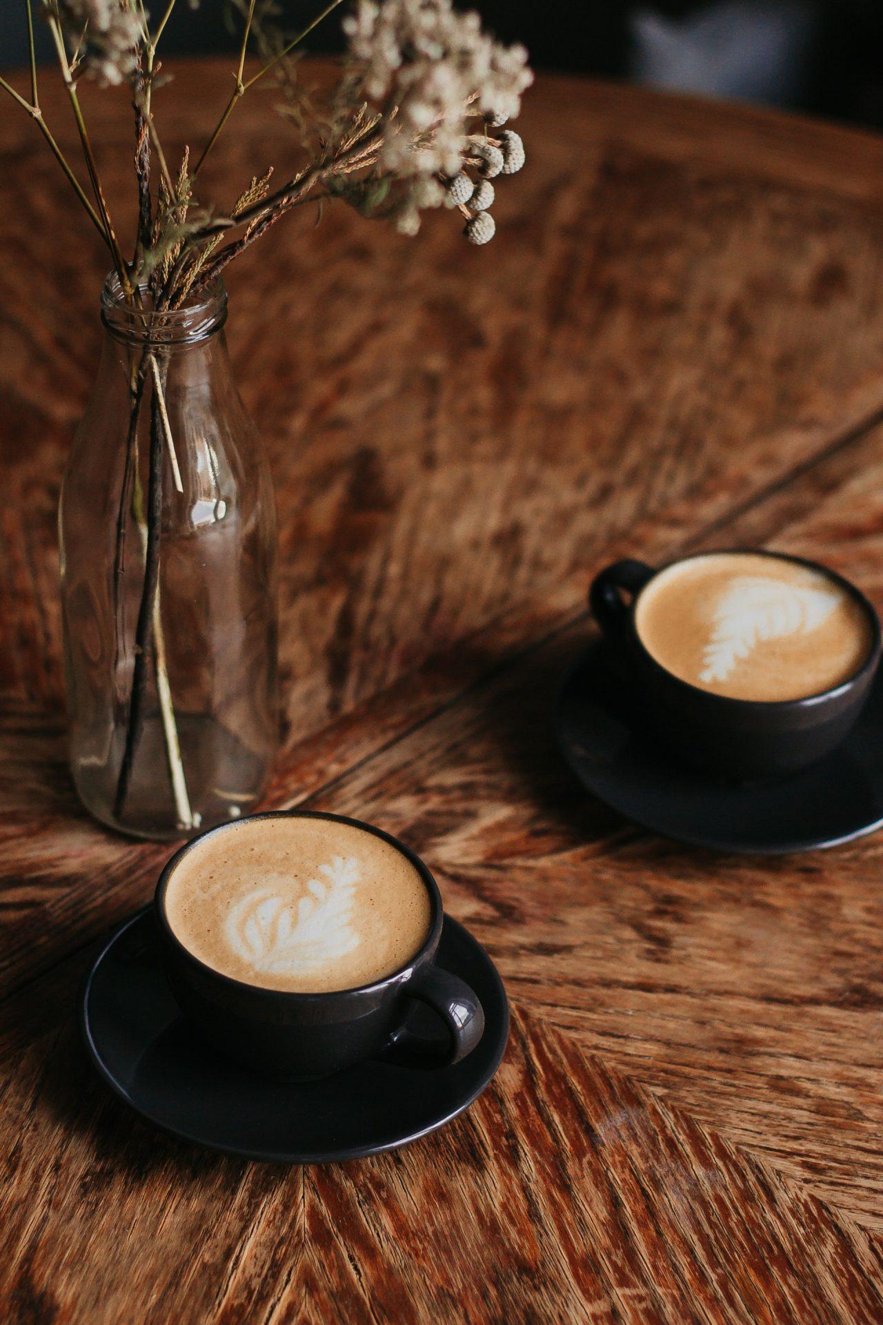 Kaffeetassen auf Tisch
