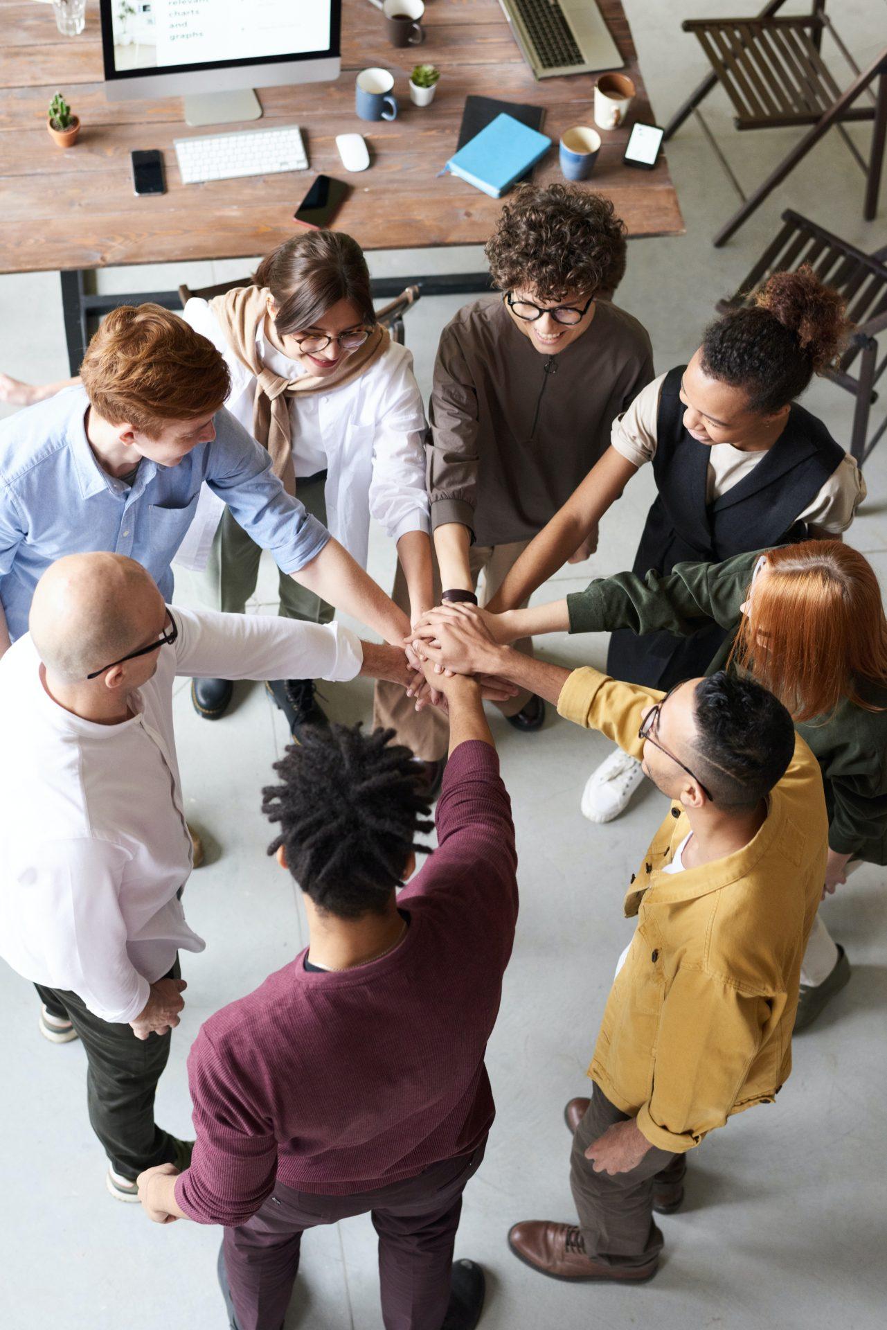 Gruppe von Menschen im Kreis