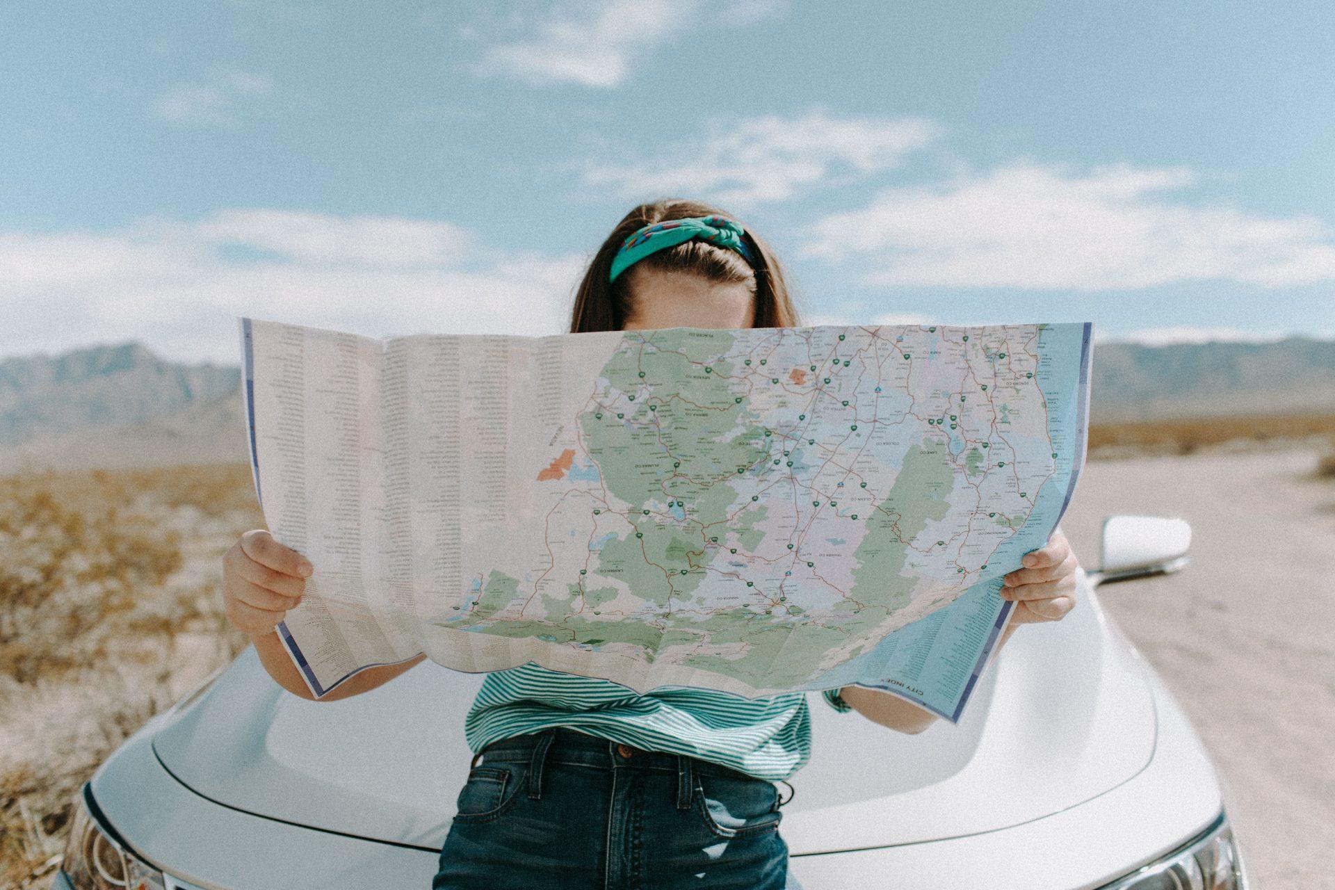 Frau mit Landkarte
